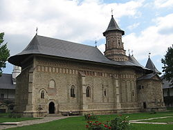250px-biserica_manastirii_neamt.jpg